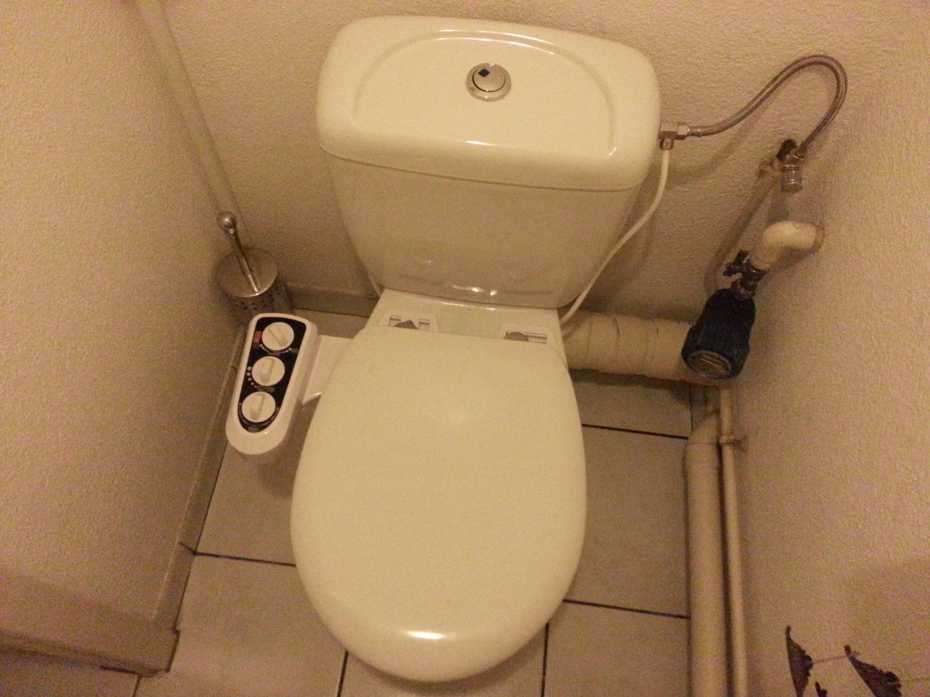 Accessoires autour des petits coins douchette wc - Wc avec douchette anale ...